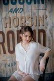 Stående av en ung gravid kvinna i den vita skjortan i fotostudio Royaltyfria Bilder