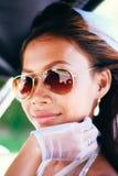 Stående av en ung härlig asiatisk brud med solglasögon på hennes bröllopdag royaltyfria foton