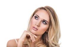 Stående av en ung härlig blond flicka på en vit bakgrund Royaltyfri Fotografi