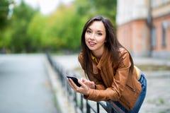 Stående av en ung härlig flicka i det stads- landskapet royaltyfri bild