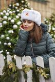 Stående av en ung härlig flicka i en vit hatt arkivfoton