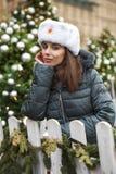 Stående av en ung härlig flicka i en vit hatt royaltyfri bild