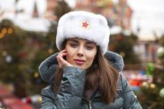 Stående av en ung härlig flicka i en vit hatt royaltyfria bilder
