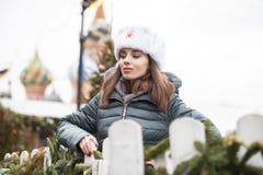 Stående av en ung härlig flicka i en vit hatt royaltyfri fotografi