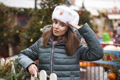 Stående av en ung härlig flicka i en vit hatt royaltyfria foton