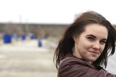 Stående av en ung härlig flicka med långt brunt hår En molnig höstdag på stranden Royaltyfria Foton
