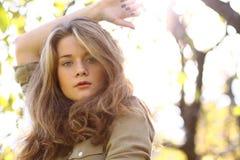 Stående av en ung härlig kvinna fotografering för bildbyråer