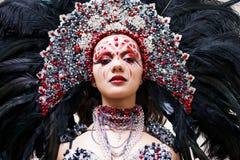 Stående av en ung härlig kvinna i en idérik blick Stilen av karnevalet och dansen arkivfoto