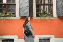 Stående av en ung härlig kvinna i en stads- bakgrund Royaltyfria Foton