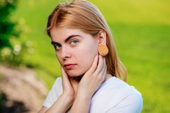 Stående av en ung härlig kvinna med trätunneler i hennes e royaltyfria bilder