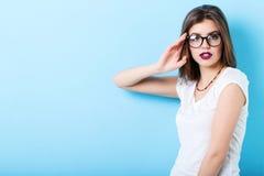 Stående av en ung härlig säker kvinna i stilfulla exponeringsglas royaltyfria bilder