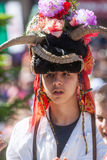 Stående av en ung herde i nationell klänning i Bulgarien arkivbild
