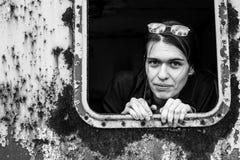 Stående av en ung kvinna i en övergiven industriell lätthet Royaltyfri Foto