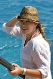 Stående av en ung kvinna i en sugrörhatt på havet royaltyfria bilder