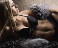 Stående av en ung kvinna i erotisk damunderkläder Arkivbild