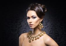 Stående av en ung kvinna i juvlar Royaltyfri Bild
