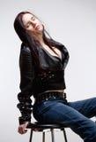 Stående av en ung kvinna i läderomslag Arkivfoto