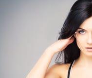 Stående av en ung kvinna i makeup med pilar på henne framsida Royaltyfri Bild