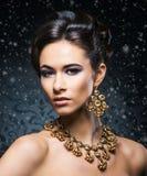 Stående av en ung kvinna i smycken på snö Royaltyfri Fotografi