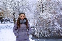 Stående av en ung kvinna i vinteröra-muffs Arkivbild