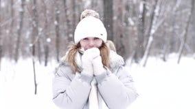 Stående av en ung kvinna i vintern under snöfall stock video