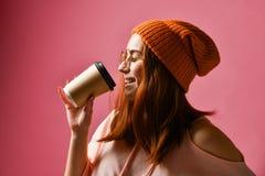 Stående av en ung kvinna i vintertorkduk som dricker kaffe arkivbilder