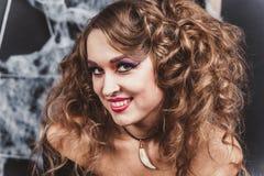 Stående av en ung kvinna med allhelgonaaftonsmink Härlig brunettflicka för den grymma säger miniatyrreaperen halloween för kalend Royaltyfria Foton