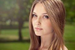 Stående av en ung kvinna med brunt hår royaltyfri bild