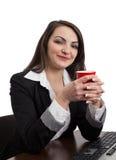 Stående av en ung kvinna med en röd kopp Royaltyfri Bild