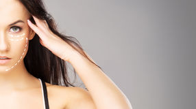 Stående av en ung kvinna med pilar på henne framsida Arkivfoton