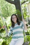 Stående av en ung kvinna på en swing Arkivfoto