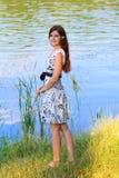Stående av en ung kvinna på sjön Royaltyfri Bild