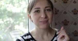 Stående av en ung kvinna som äter en ny gurka stock video