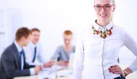 Stående av en ung kvinna som arbetar på kontorsanseendet med mappen Stående av en ung kvinna 2 business woman Arkivfoton