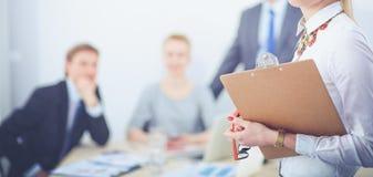 Stående av en ung kvinna som arbetar på kontorsanseendet med mappen Stående av en ung kvinna 2 business woman Fotografering för Bildbyråer