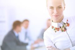 Stående av en ung kvinna som arbetar på kontorsanseendet med mappen Stående av en ung kvinna 2 business woman Arkivbilder