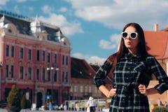 Stående av en ung kvinna som besöker den historiska staden arkivfoton