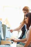 Stående av en ung kvinna som hjälper henne vän royaltyfri foto