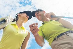 Stående av en ung kvinna som ler under leken för yrkesmässig golf royaltyfri fotografi