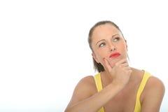 Stående av en ung kvinna som tänker eller grubblar ett problem Arkivfoto