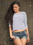 Stående av en ung kvinna som utomhus poserar arkivfoton