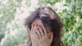 Stående av en ung kvinna under närbild för Apple träd laughter arkivfilmer