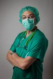 Stående av en ung läkare med den kirurgiska maskeringen Royaltyfri Foto