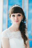Stående av en ung lycklig brud i studio Fotografering för Bildbyråer