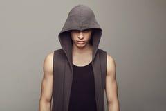 Stående av en ung man för mode arkivfoto