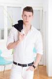 Stående av en ung man för mode i den vita dräkten royaltyfri fotografi