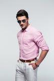Stående av en ung man för mode i solglasögon royaltyfri fotografi