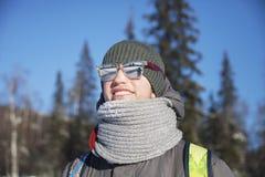 Stående av en ung man i en halsduk kall vinter royaltyfri bild