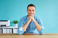 Stående av en ung man i kontoret royaltyfri bild