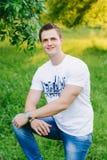 Stående av en ung man i parkera royaltyfri foto